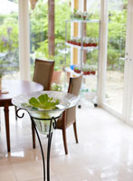 テラスの植物とテーブル