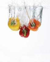 パプリカと水しぶき 11004008336| 写真素材・ストックフォト・画像・イラスト素材|アマナイメージズ