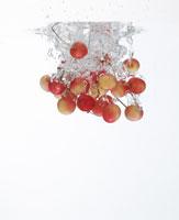 サクランボと水しぶき 11004008351| 写真素材・ストックフォト・画像・イラスト素材|アマナイメージズ