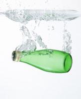 瓶と水しぶき 11004008353| 写真素材・ストックフォト・画像・イラスト素材|アマナイメージズ