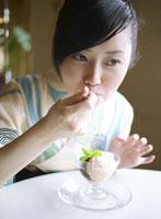 アイスクリームを食べる浴衣姿の女性