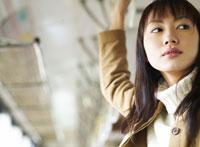 つり革につかまる女性 11004008791  写真素材・ストックフォト・画像・イラスト素材 アマナイメージズ
