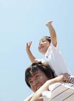 肩車をする男性 11004008843| 写真素材・ストックフォト・画像・イラスト素材|アマナイメージズ