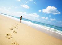 砂浜を歩く女性