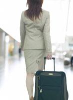 日本人のビジネス女性とスーツケース 11004009722  写真素材・ストックフォト・画像・イラスト素材 アマナイメージズ