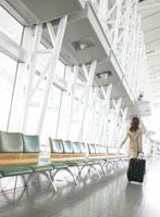 日本人のビジネス女性とスーツケース