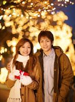 プレゼントを持つ日本人カップル