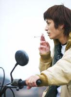 たばこを吸う若者 11004010020| 写真素材・ストックフォト・画像・イラスト素材|アマナイメージズ
