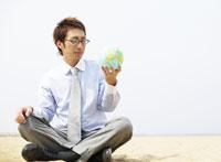 座る眼鏡の日本人のビジネスマン