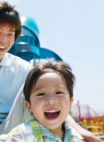 遊ぶ日本人の親子