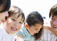 笑顔の日本人の親子 11004010565| 写真素材・ストックフォト・画像・イラスト素材|アマナイメージズ