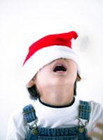 サンタクロースの帽子を被る日本人の男の子