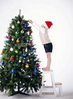 クリスマスツリーと日本人の男の子