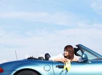 車に乗る日本人女性 11004012361  写真素材・ストックフォト・画像・イラスト素材 アマナイメージズ