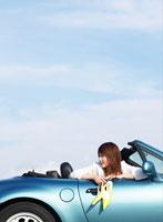 車に乗る日本人女性 11004012363  写真素材・ストックフォト・画像・イラスト素材 アマナイメージズ