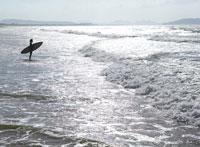 サーフボードと日本人女性の遠景