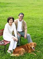 緑と日本人の中高年夫婦と犬