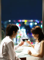 乾杯をする日本人カップル