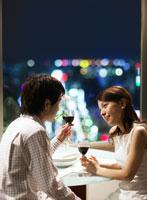グラスを持つ日本人カップル