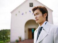 ウェディングの日本人男性と教会
