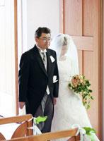 ウェディングの日本人の新婦と父親