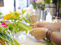 花を持つ女性 11004013421  写真素材・ストックフォト・画像・イラスト素材 アマナイメージズ
