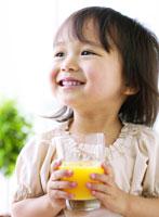 ジュースを持つ女の子 11004013803  写真素材・ストックフォト・画像・イラスト素材 アマナイメージズ