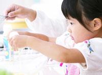 調理をする女の子 11004014096| 写真素材・ストックフォト・画像・イラスト素材|アマナイメージズ