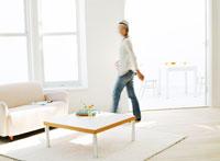 リビングルームを歩く女性 11004014638  写真素材・ストックフォト・画像・イラスト素材 アマナイメージズ