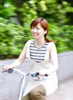 自転車に乗る女性 11004015545  写真素材・ストックフォト・画像・イラスト素材 アマナイメージズ