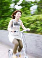 自転車に乗る女性 11004015890  写真素材・ストックフォト・画像・イラスト素材 アマナイメージズ