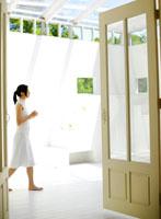 歩く女性 11004016052  写真素材・ストックフォト・画像・イラスト素材 アマナイメージズ