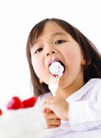 ケーキを食べる女の子 11004016680| 写真素材・ストックフォト・画像・イラスト素材|アマナイメージズ