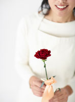 花を持った女性