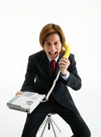 受話器がバナナの電話を持つビジネスマン 11004018198| 写真素材・ストックフォト・画像・イラスト素材|アマナイメージズ