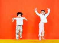 ジャンプをする男の子と女の子