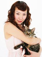 ネコを抱いた女性