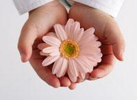 花を持つ手