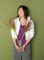 植物を持つ笑顔の女性 11004019592| 写真素材・ストックフォト・画像・イラスト素材|アマナイメージズ