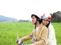 バイクに乗るカップル 11004019819| 写真素材・ストックフォト・画像・イラスト素材|アマナイメージズ
