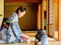 お茶をたてる着物の女性