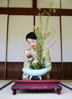 お花を楽しむ着物の女性