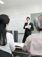 英語を教える外国人の男性