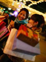 買い物袋を持った二人の女性