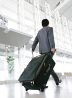 スーツケースを運ぶビジネスマン