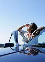 空を見上げる男性 11004022490  写真素材・ストックフォト・画像・イラスト素材 アマナイメージズ