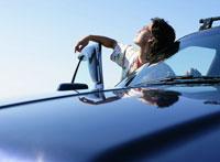 空を見上げる男性 11004022491  写真素材・ストックフォト・画像・イラスト素材 アマナイメージズ