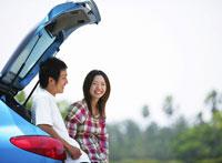 青い車と若者