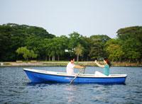 ボートの上のカップル 11004022881| 写真素材・ストックフォト・画像・イラスト素材|アマナイメージズ