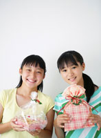 クッキーを持つ2人の日本人の女の子